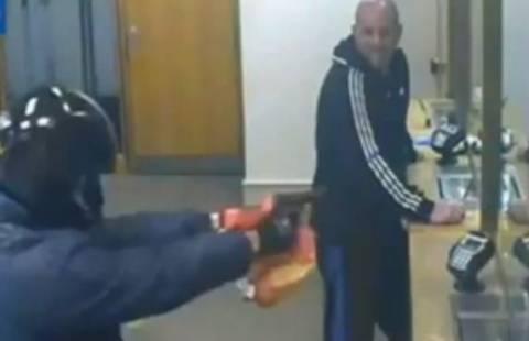 Ληστής μπήκε σε τράπεζα με... ψεύτικο όπλο! (pics+ video)