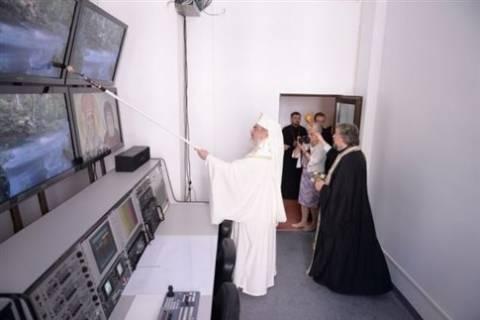 Πατριάρχης ευλόγησε κτίριο με... μπατανόβουρτσα! (pic)