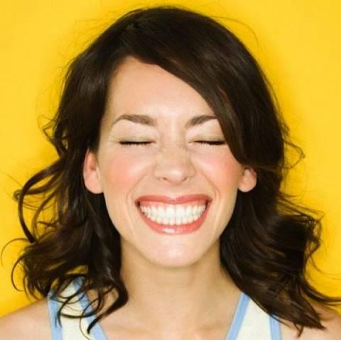 Αυτές είναι οι 7 τροφές που κιτρινίζουν τα δόντια μας