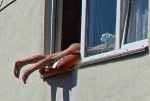 Έκανε ηλιοθεραπεία ολόγυμνη στο παράθυρο και προκάλεσε μποτιλιάρισμα