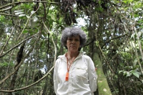 Βρετανία: Γνωρίστε τη γυναίκα που μεγάλωσαν… μαϊμούδες! (videos)