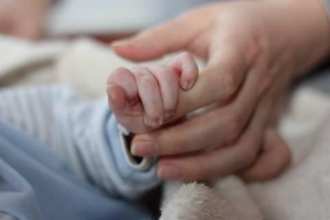 Άφησαν νεογέννητο σε ταράτσα εγκαταλελειμμένου σπιτιού
