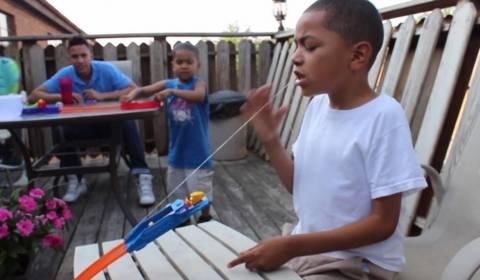 Ήθελε να βγάλει το δόντι του με ένα... αυτοκινητάκι! (videos)
