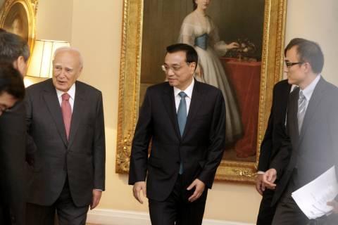 Σε θερμό κλίμα η συνάντηση του Κ. Παπούλια με τον Κινέζο Πρωθυπουργό