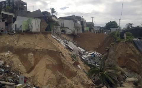Βραζιλία: Το έδαφος «κατάπιε» σπίτια δίπλα σε γήπεδο του Μουντιάλ! (video)