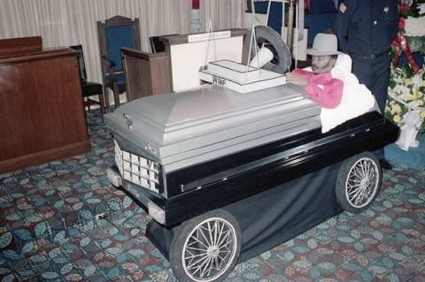 Οι πιο περίεργες... κηδείες που δεν ξεχωρίζεις τον νεκρό! (pics)