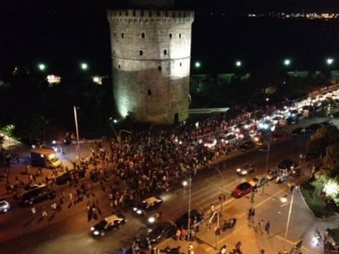 Θεσσαλονίκη: «Πλημμύρησε» από περήφανους Έλληνες ο Λευκός Πύργος (video)