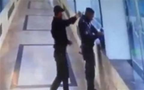 Σοκαριστικό βίντεο: Ένοπλος εκτελεί εν ψυχρώ έναν αστυνομικό