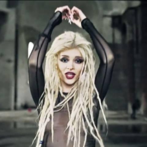 Σερβία: Αλβανίδα τραγουδίστρια ημίγυμνη μέσα στο ναό του Σωτήρος