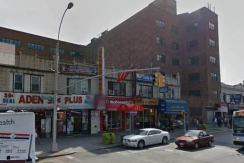 Νέα Υόρκη: Μπήκε σε εστιατόριο με ένα μαχαίρι στην πλάτη! (photos)