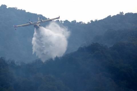 Σε εξέλιξη μεγάλη φωτιά εντός κατοικημένης περιοχής στο Γαλατάκι Κορινθίας