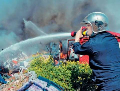 Μαίνεται η φωτιά στο Ποικίλο Όρος - Σε ύφεση η πυρκαγιά στην Κορινθία