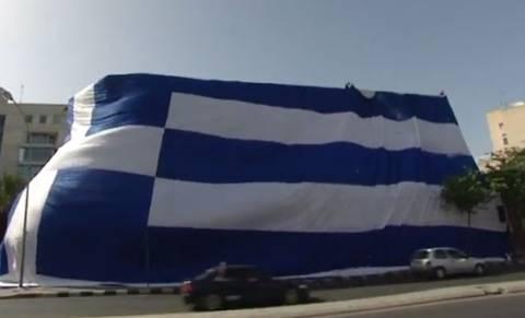 Ελλάδα-Κόστα Ρίκα: Αγωνία και στην Κύπρο-Η μεγαλύτερη σημαία για την Εθνική (vid)