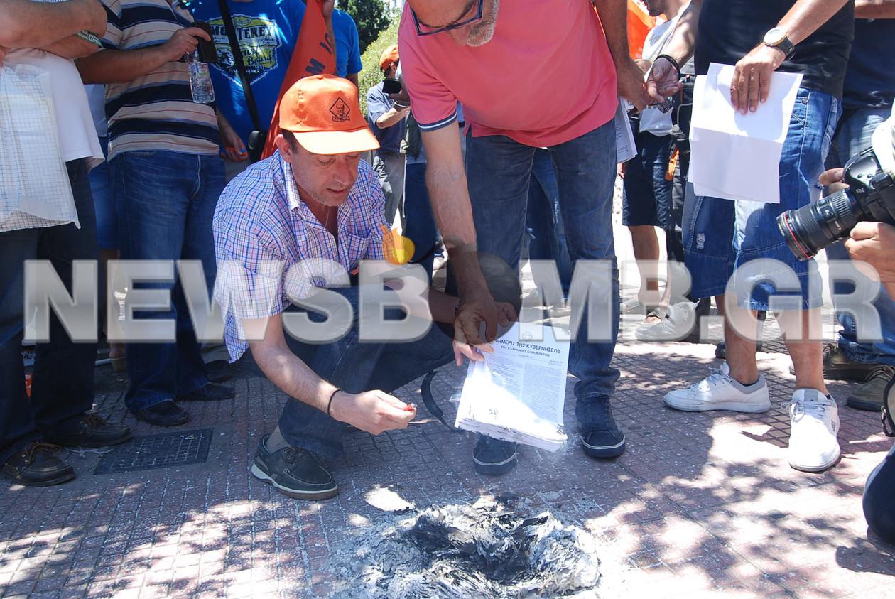 ΠΟΕ-ΟΤΑ: Σε εξέλιξη η διαμαρτυρία στο υπ. Διοικητικής Μεταρρύθμισης (pics&vid)