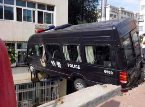 Κίνα: Αστυνομικός «πάρκαρε» ανάμεσα σε δύο κτίρια. Στο δεύτερο όροφο! (photo)