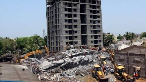 Ινδία: Ανασύρθηκαν ζωντανοί από τα ερείπια του κτιρίου