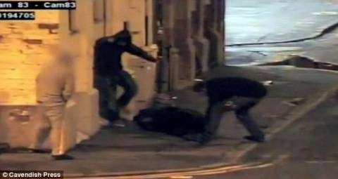 Βίντεο- σοκ: Μεθυσμένοι κακοποιούν άντρα! (pics+video)