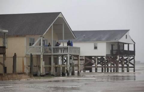 Ο τροπικός κυκλώνας Άρθουρ έπληξε τις ακτές της Β. Καρολίνας