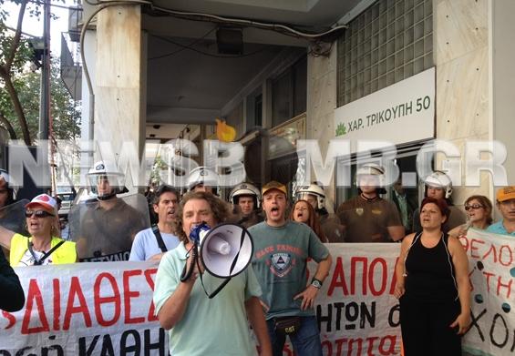 Έξω από τα γραφεία του ΠΑΣΟΚ σχολικοί φύλακες και καθηγητές (pic-vid)