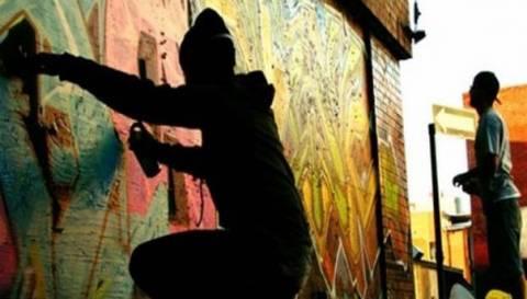 Λέσβος: Δύο συλλήψεις για γκράφιτι σε τοίχους