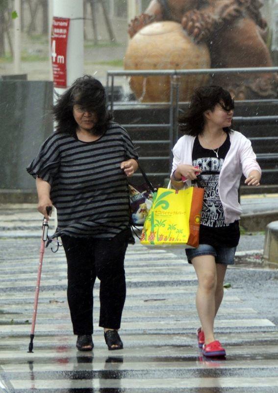 Απλά ένας Ιάπωνας που λούζεται στον τυφώνα! (video+photos)