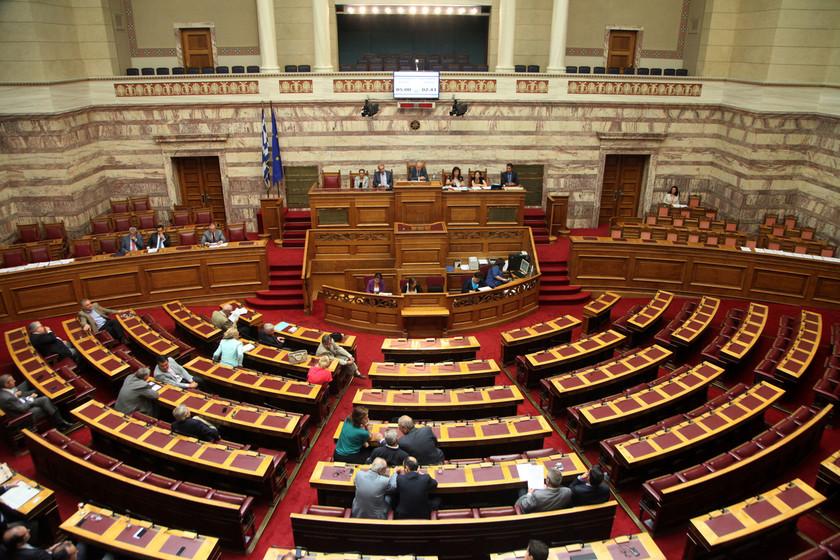 Βουλή: Τρεις κι ο... κούκος για το δημοψήφισμα (pics)