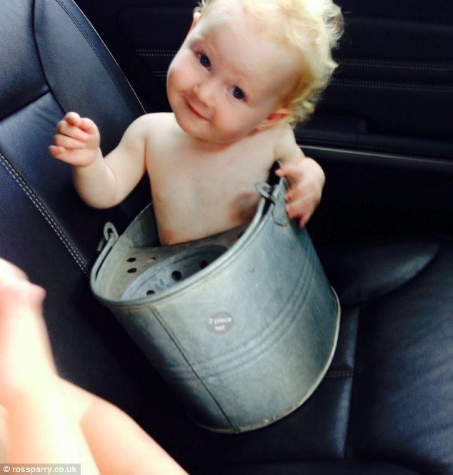 Μωρό σφήνωσε σε... κουβά! (pics+video)