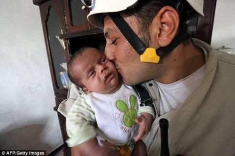 Θαύμα ζωής: Δείτε το μωρό που σώθηκε από τα συντρίμμια της Συρίας! (pics+video)