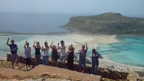 Διαφημίζουν τις ομορφιές της Κρήτης... χοροπηδώντας (vid)