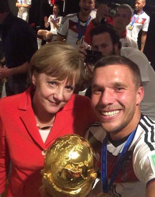 Τελικός Μουντιάλ 2014: Αγκαλιά με τον Ποντόλσκι η Μέρκελ-Selfie και κούπα