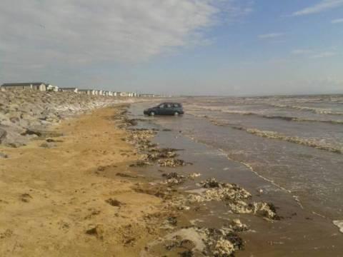 Δεν παρκάρουμε ΠΟΤΕ σε παραλία! (pics)