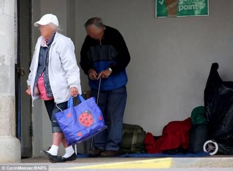 Συνταξιούχοι μένουν σε στάση λεωφορείου! (pics)