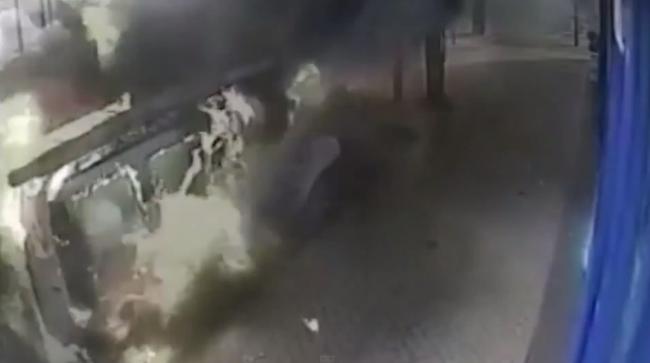 Βρετανία: Έκρηξη φορτηγού σε πολυσύχναστο δρόμο! (video+photos)