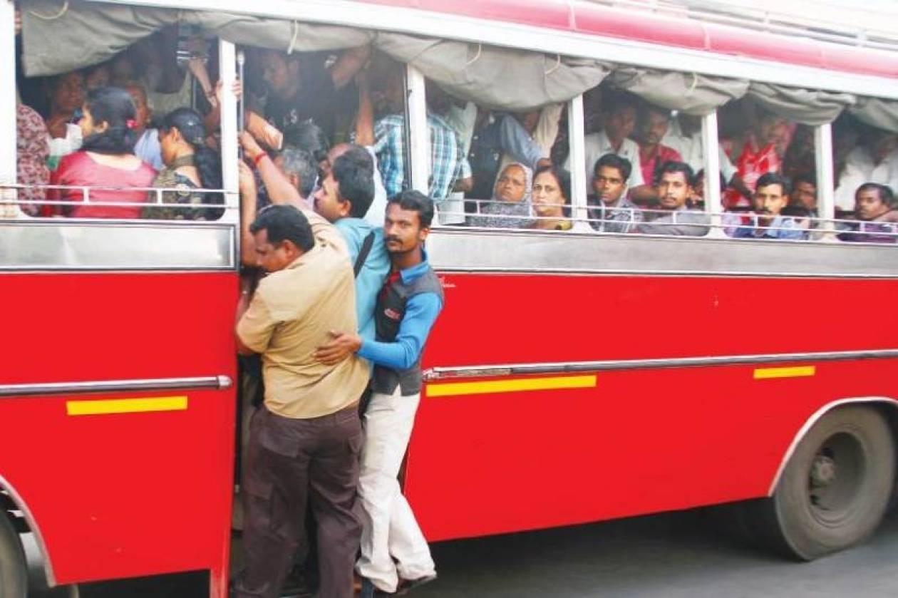 Απλά ένας Ινδός ανεβαίνει μια σκάλα. Με μια μηχανή στο κεφάλι! (video+pic)
