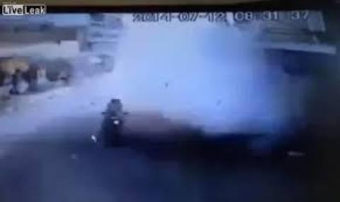 Ξεγέλασε το θάνατο! Μοτοσυκλετιστής γλιτώνει στο... τσακ! (βίντεο)