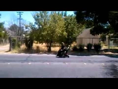 «Ανάπηρη» παθαίνει ρατσιστικό παραλήρημα και... περπατάει! (βίντεο)