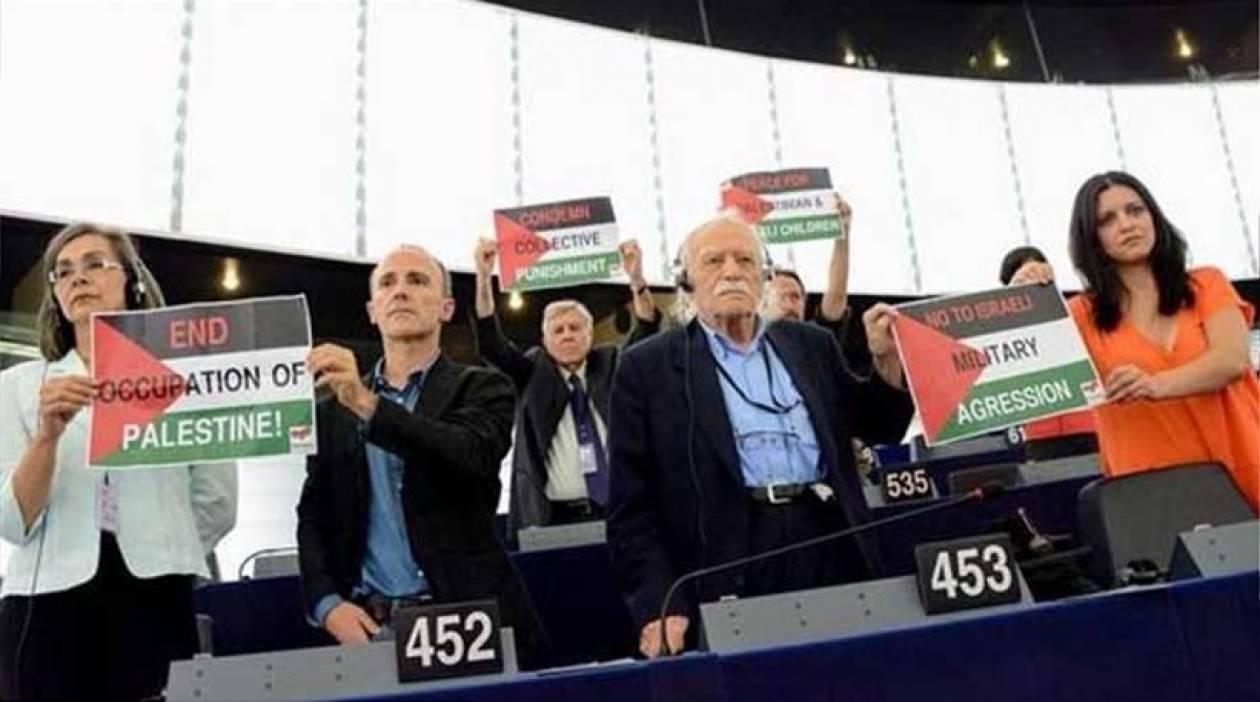 Πλακάτ υπέρ της Παλαιστίνης ύψωσε ο Γλέζος στο Ευρωκοινοβούλιο