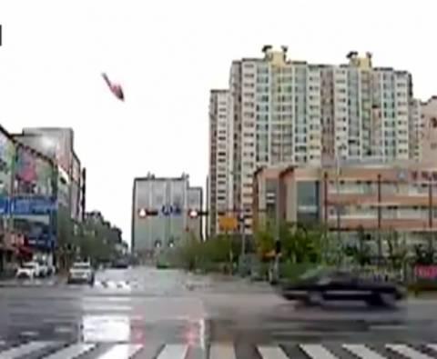 Τρομακτική συντριβή ελικοπτέρου σε πολυκατοικία! (pics+video)