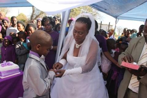 Σοκ: 9χρονος παντρεύεται 62χρονη! (pics+video)