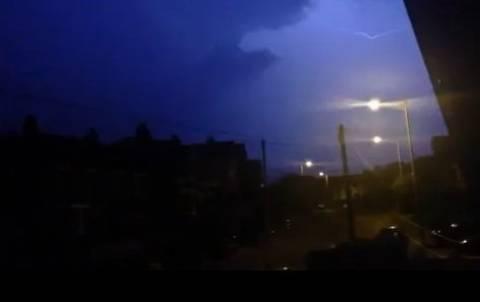 Βιντεοσκοπούσε τη βροχή και τη χτύπησε... κεραυνός! (βίντεο)