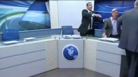 Δημοσιογράφος ρίχνει νερό και μία καρέκλα σε καλεσμένο! (pics+video)