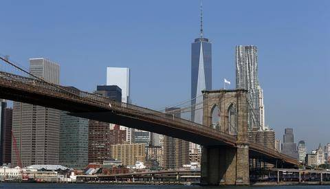 Εβαλαν χλωρίνη στις σημαίες των ΗΠΑ στη Γέφυρα του Μπρούκλιν!
