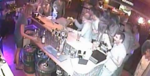 Βίντεο: Μπαργούμαν έκανε ποτό και έκαψε το πρόσωπο πελάτη