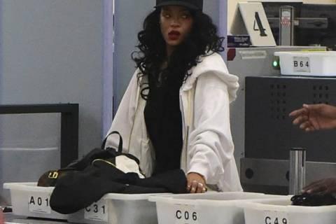 Εκνευρίστηκε η Rihanna γιατί πέρασε από... έλεγχο! (pics)