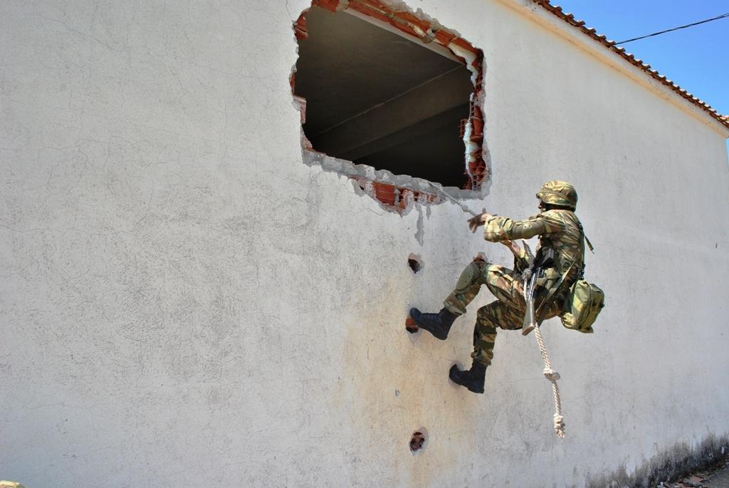 Έτσι εκπαιδεύονται οι Ευέλπιδες – Έτοιμοι για… μάχη (pics)