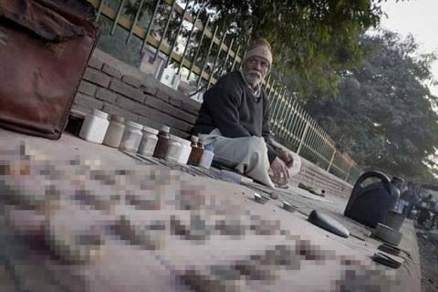 Δελχί: πλανόδιος οδοντίατρος στήνει το«ιατρείο» του στο δρόμο (φωτο)
