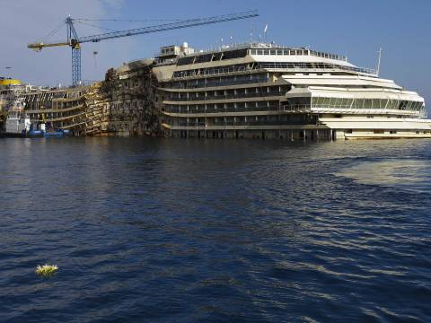 Το Costa Concordia προσεγγίζει τη Γένοβα