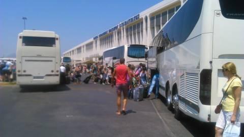 «Bούλιαξε» από τουρίστες το αεροδρόμιο Ηρακλείου