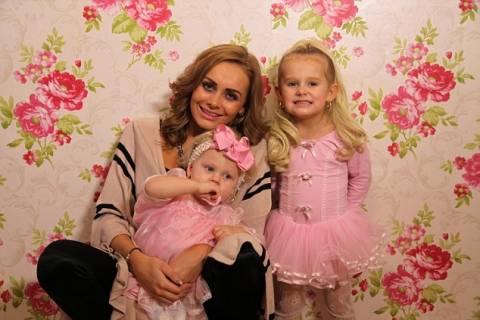 «Μητέρα» μετατρέπει τα παιδιά της σε Barbie! (pics+video)