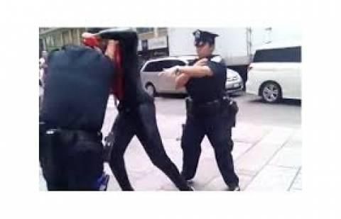 Ο Spiderman τα έβαλε με... αστυνομικούς! (βίντεο)